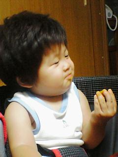 カボチャを旨そうに食べるひろきドン