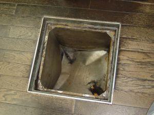 母、床下式のゴミ箱に落ちた