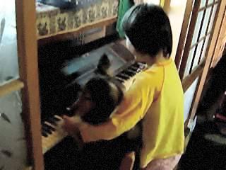 アリス、ピアノを弾く。そして椅子から落ちる。