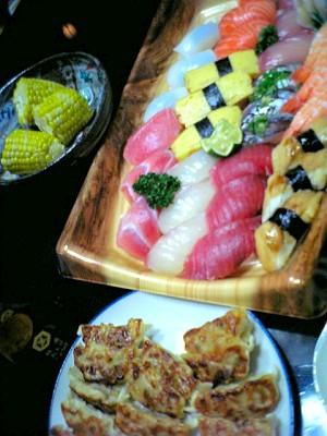 お寿司と餃子とゆでトウモロコシ